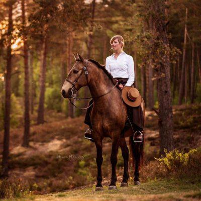 Stefanie Meyer auf Pferd in schöner Szenerie